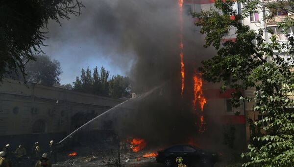 Пожарные тушат горящее десятиэтажное здание в центре Ростова-на-Дону