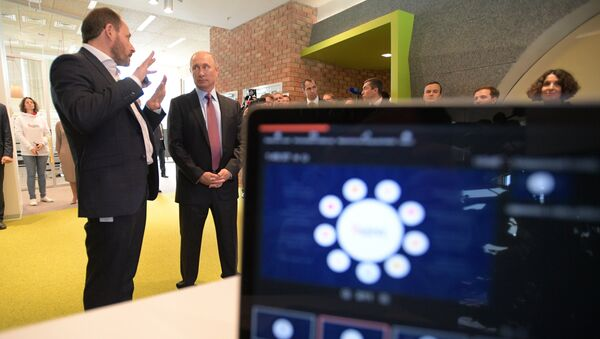 генеральный директор компании Яндекс Аркадий Волож и Владимир Путин во время посещения московского офиса отечественной ИТ-компании Яндекс. 21 сентября 2017