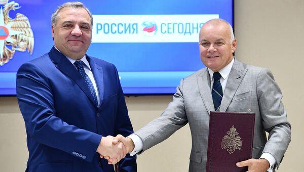 Генеральный директор МИА Россия сегодня Дмитрий Киселев и глава МЧС Владимир Пучков подписали соглашение о сотрудничестве. 21 сентября 2017