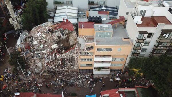 Груда обломков осталась вместо дома после землетрясения в Мехико. Съемка с дрона
