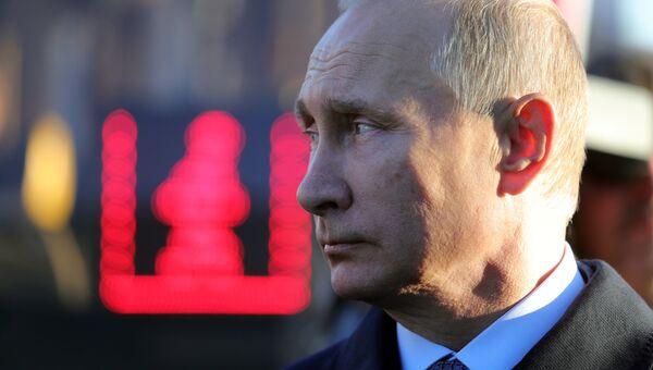 Владимир Путин во время осмотра выставки Городской транспорт – перспективы будущего. 22 сентября 2017