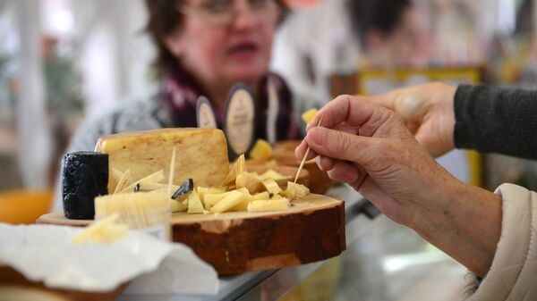 Дегустация сырной продукции. Архивное фото