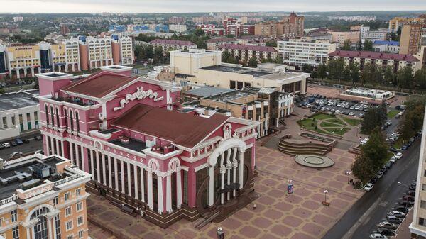 Обновленный фасад театр оперы и балета имени Яушева в Саранске. Вид со смотровой площадки МГУ. В прошлом театр назывался Республиканским домом культуры, был серого цвета без лепнины и яркого фасада.