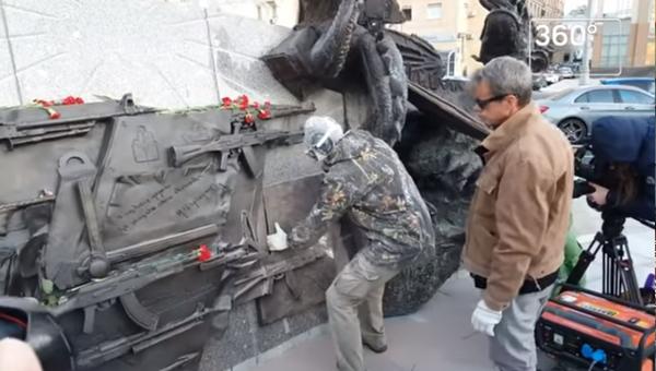 Видео демонтажа фрагмента памятника Калашникову в Москве