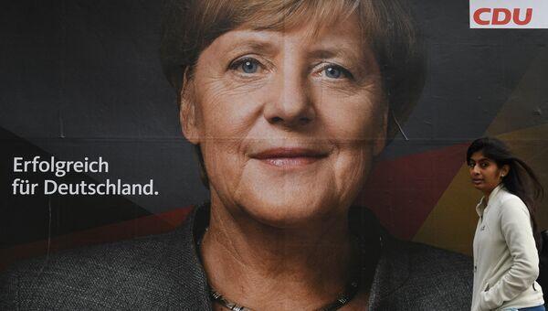 Плакат с изображением канцлера Германии Ангелы Меркель накануне парламентских выборов в Германии. 23 сентября 2017