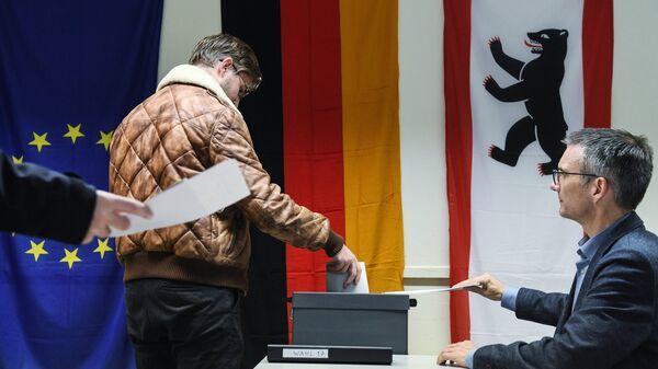 Избиратель голосует на участке в Берлине во время парламентских выборов. 24 сентября 2017