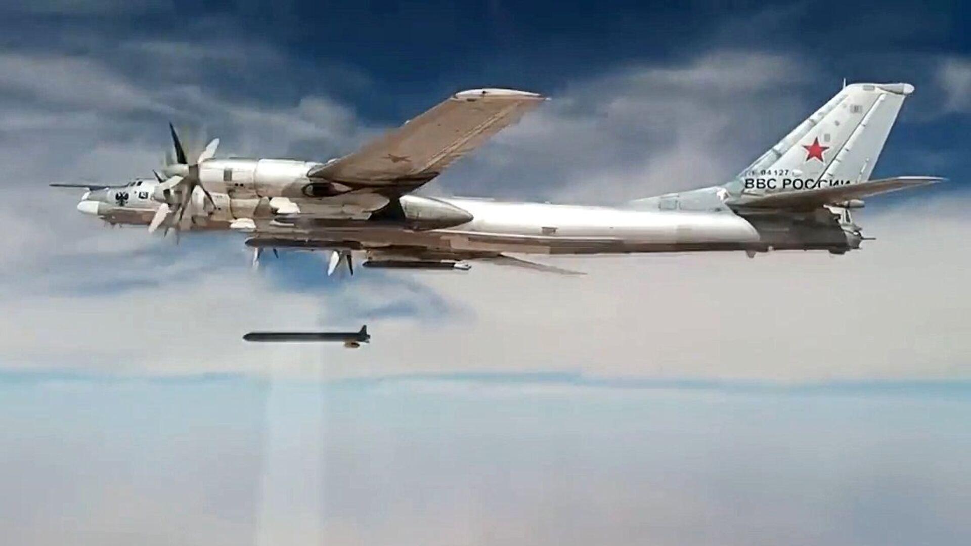 Стратегический бомбардировщик-ракетоносец Ту-95МС наносит удары крылатыми ракетами Х-101 по объектам террористов в Сирии - РИА Новости, 1920, 27.03.2020