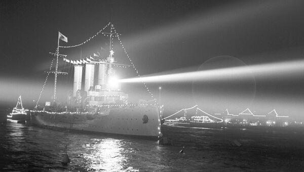 Крейсер Аврора на том же месте, откуда 25 октября 1917 года он дал залп, ставший сигналом к штурму Зимнего дворца
