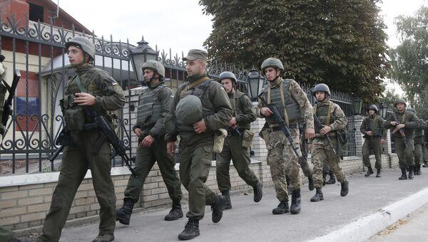 Солдаты украинской армии патрулируют улицу в городе Калиновка. 27 сентября 2017