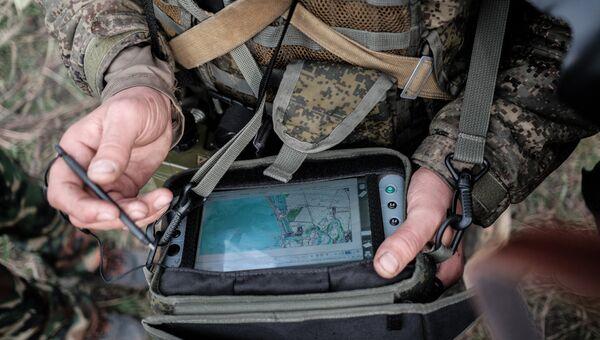 Военнослужащий Вооруженных Сил РФ с планшетом комплекса Стрелец