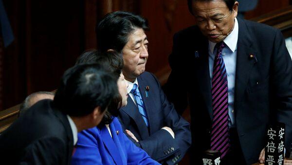 Премьер-министр Японии Синдзо Абэ и его кабинет министров на заседании парламента в Токио. 28 сентября 2017