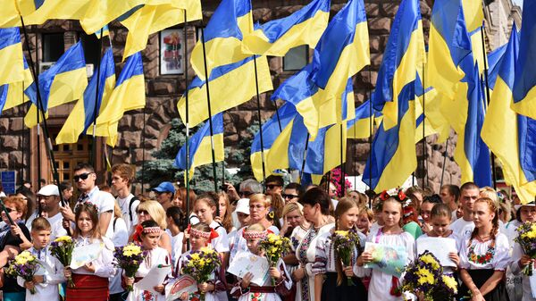 Местные жители во время праздничного мероприятия, посвященного Дню флага Украины