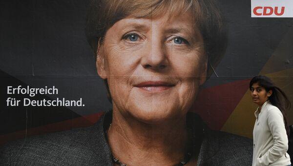Плакат с изображением канцлера Германии, лидера Христианско-демократического союза Ангелы Меркель на одной из улиц Берлина накануне парламентских выборов в Германии