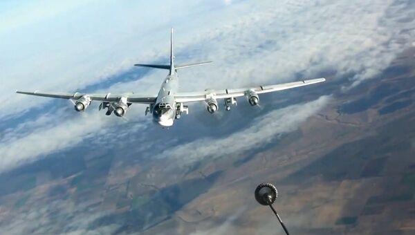 Дозаправка в воздухе стратегического бомбардировщика-ракетоносца Ту-95МС. Архивное фото