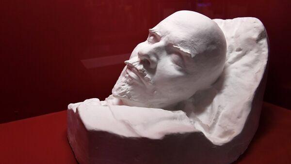 Слепок головы В.И. Ленина на открытии историко-документальной выставки Ленин. 28 сентября 2017