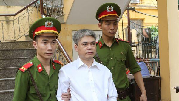 Бывший председатель совета директоров вьетнамской государственной нефтегазовой компании PetroVietnam Нгуен Суан Шон  в суде города Ханой. 29 сентября 2017