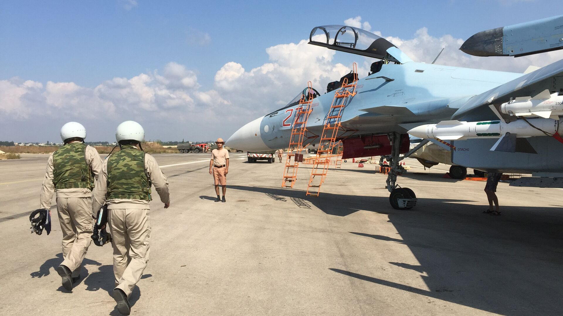 Российские летчики готовятся к посадке в истребитель Су-30 перед вылетом с аэродрома Хмеймим в Сирии - РИА Новости, 1920, 19.05.2021