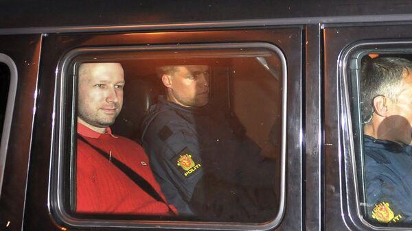 Подозреваемый в организации двойного теракта в Норвегии Андерс Брейвик покидает здание суда в Осло. 25 июля 2011