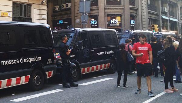 Акция протеста перед зданием Национальной полиции в Барселоне, Испания. 2 октября 2017