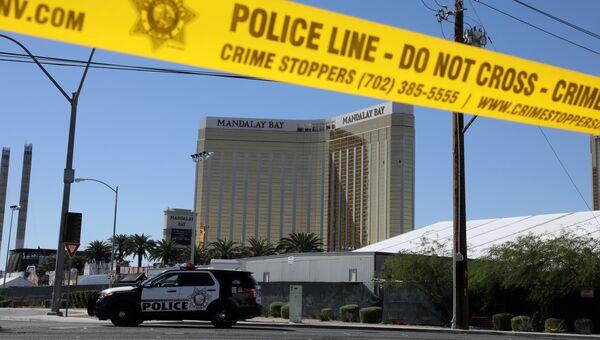 Автомобиль полиции у отеля-казино Mandalay Bay в Лас-Вегасе, где произошла стрельба. 2 октября 2017