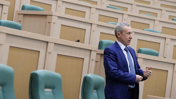 Андрей Климов перед началом заседания Совета Федерации РФ. Архивное фото