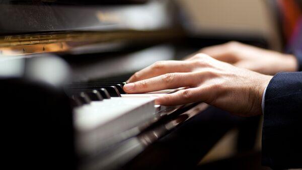 Музыкант играет на рояле