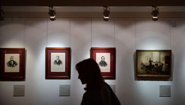 Посетительница в Государственном музее А.С. Пушкина в Москве. Архивное фото.