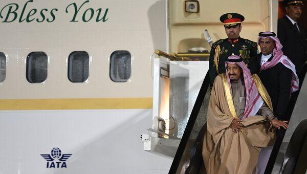 Король Саудовской Аравии Сальман Бен Абдель Азиз Аль Сауд, прибывший в Россию с государственным визитом, во время официальной встречи в аэропорту Внуково-2. 4 октября 2017