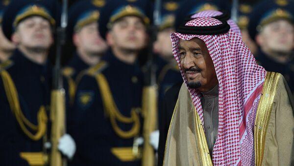 Король Саудовской Аравии Сальман Бен Абдель Азиз Аль Сауд во время официальной встречи в аэропорту Внуково-2. 4 октября 2017