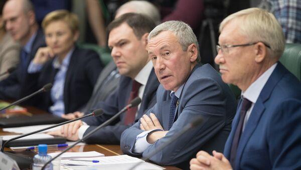Председатель Временной комиссии по защите суверенитета России Андрей Климов на заседании в Совете Федерации. 5 октября 2017