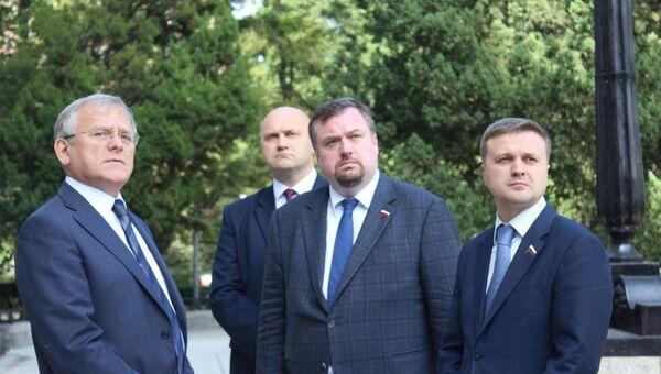 Посол Александр Мацегора рассказывает делегации Госдумы от фракции ЛДПР об истории посольства России в КНДР