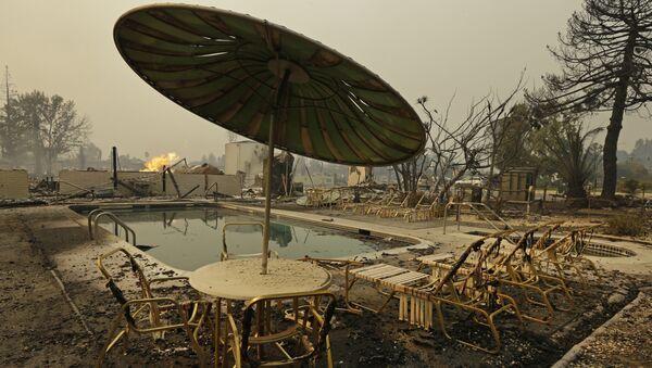 Сгоревший бассейн в Санта-Розе, Калифорния, США.  9 октября 2017