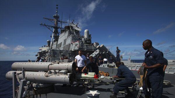Тренировочный пуск торпед с эсминца Arleigh Burke в рамках учений в Индийском океане