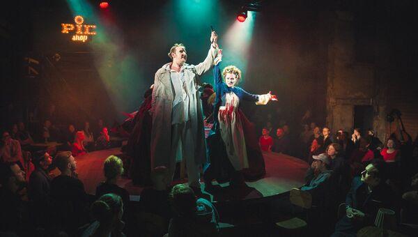 Петр Маркин и Александра Басова в сцене из мюзикла Суини Тодд в Театре на Таганке