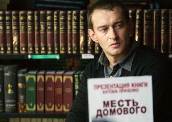 Актер Константин Хабенский в роли писателя Антона Праченко во время съемок нового фильма режиссера Карена Оганесяна Домовой.