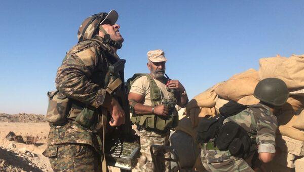Бойцы сирийской армии во время наступления к востоку от города Дейр-эз-Зор в районе кладбищ