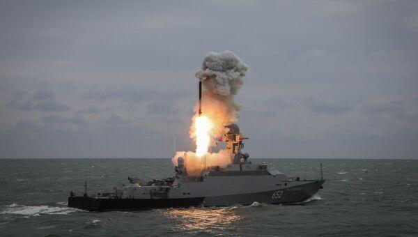 Малый ракетный корабль Град Свияжск запускает ракету Калибр
