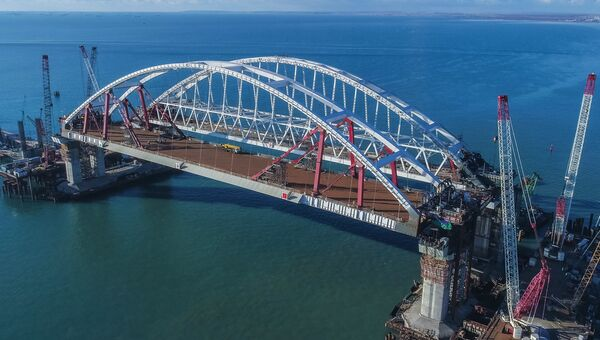 Автомобильная и железнодорожная арки Крымского моста. Архивное фото