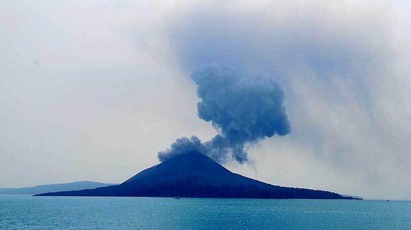 Вулкан Анак-Кракатау в Индонезии