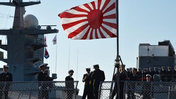 Моряки на палубе учебного корабля Морских сил самообороны Японии Касима во время швартовки на 33-м причале Корабельной набережной города Владивостока. 14 октября 2017