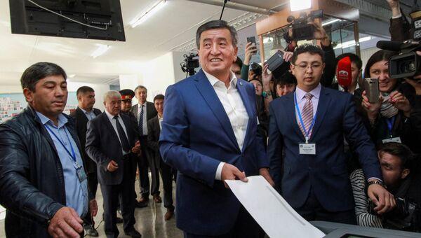 Кандидат в президенты Киргизии Сооронбай Жээнбеков голосует на избирательном участке в Бишкеке. 15 октября 2017