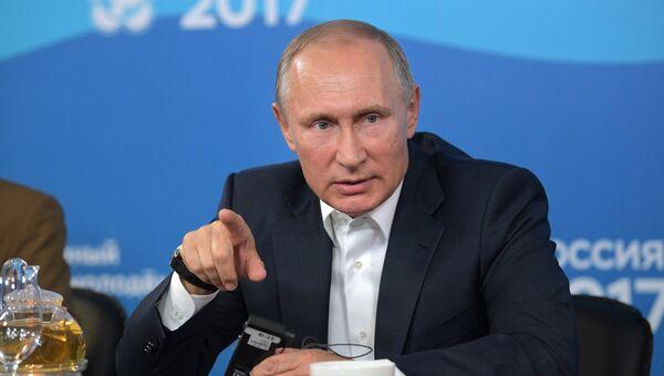 Президент РФ Владимир Путин общается с участниками XIX Всемирного фестиваля молодежи и студентов в Сочи. 15 октября 2017
