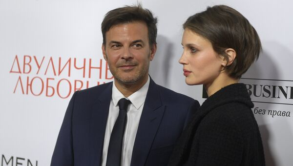 Кинорежиссёр Франсуа Озон и актриса Марина Вакт на премьере фильма Двуличный любовник в Москве. 16 октября 2017