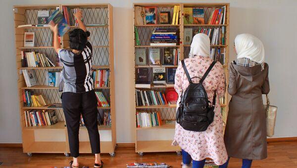 Мусульманские женщины в библиотеке культурного центра для мигрантов в Германии