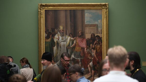 Посетители у картины художника Андрея Иванова Амвросий Медиоланский воспрещает императору Феодосию вход в храм. 17 октября 2017