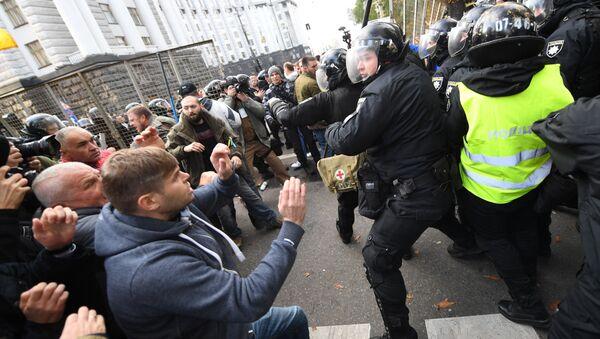 Столкновения участников акции протеста и полиции в Киеве