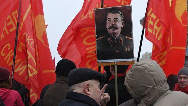 Участники шествия в Москве, посвященного 99-й годовщине Великой Октябрьской социалистической революции