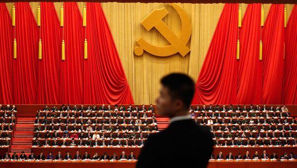 Сотрудник службы охраны во время выступления Си Цзиньпина на открытии съезда Коммунистической партии Китая