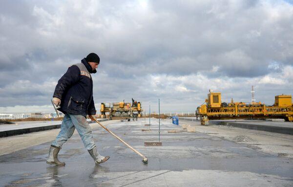 Рабочий на территории строительства взлетной полосы нового терминала аэропорта Домодедово