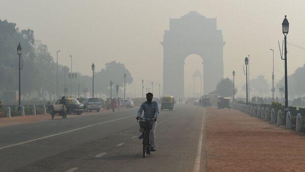 Загрязненный воздух после празднования индуистского праздника Дивали в столице Индии Нью-Дели. 20 октября 2017